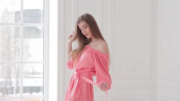 Licht Roze Jurkje : Fotomodel in licht roze jurk poseren tegen een witte muur