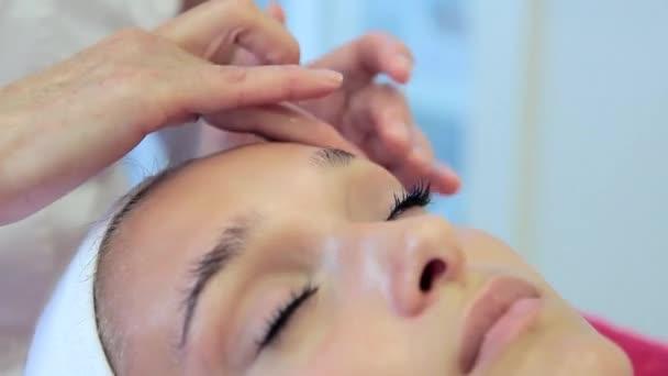Видеоклипы женщина массажистка делает массаж женщине — pic 5