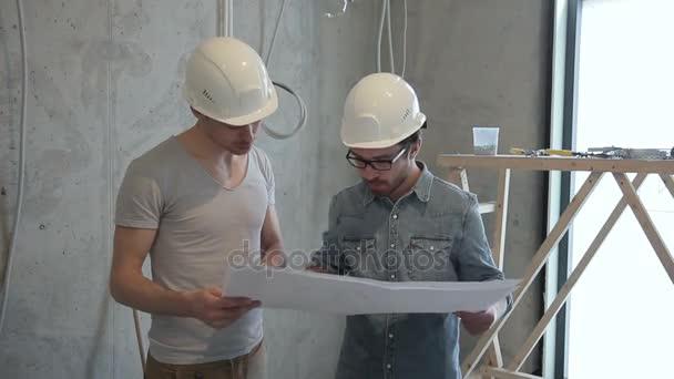Lidé s přilby podívat na plány na opravy v místnosti