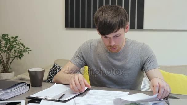Hlavní architekt zkoumá rozpočtové dokumentace sedí v kanceláři uvnitř