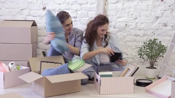 Mladý muž a žena se odstěhovala nového bytu dostat věci boxy