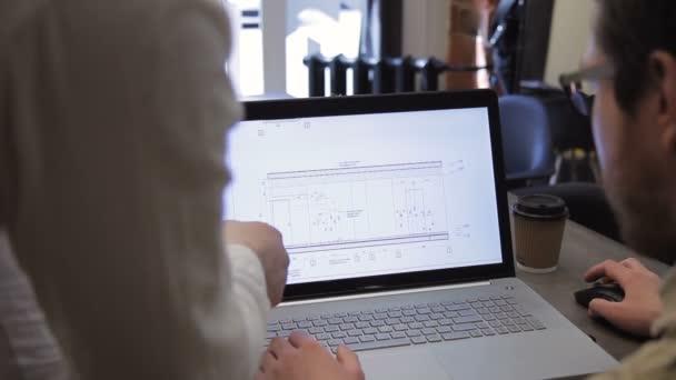 Zblízka obrazy konstrukční výkresy na setkání s notebookem uvnitř úřadu
