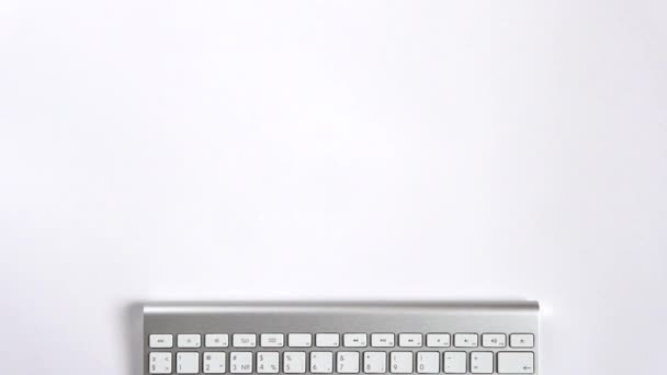 Na bílém stole jsou šablony a laptop