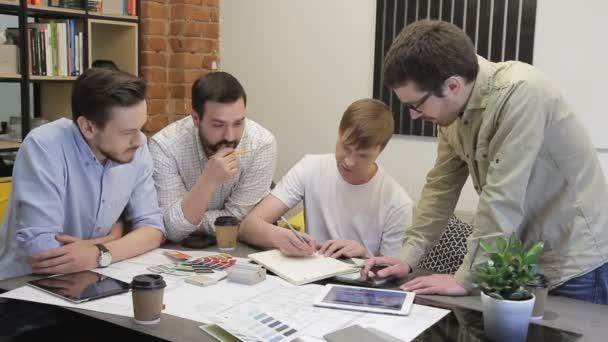 Jungunternehmer-Crew arbeitet mit neuem Startup-Projekt in modernen