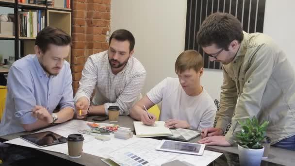 Geschäftsleute diskutieren Zeichnung am Tisch im Büro.