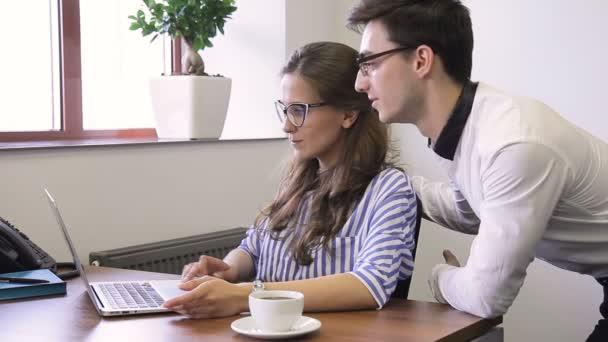 Im Buro Mann Und Frau Mit Brille Lachelnd Am Schreibtisch Vor Laptop