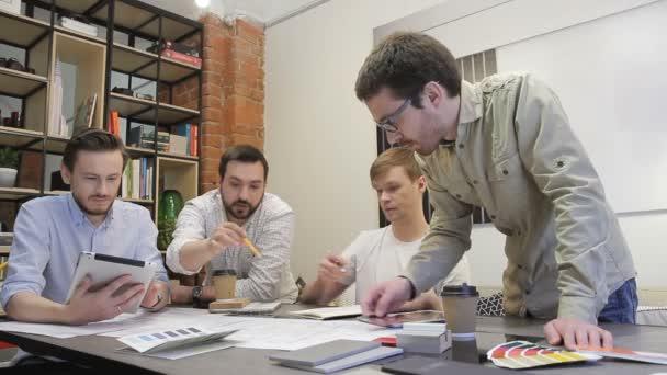 Mužské kolegy pracovat v úřadu, projednávání návrhu plánu v úřadu