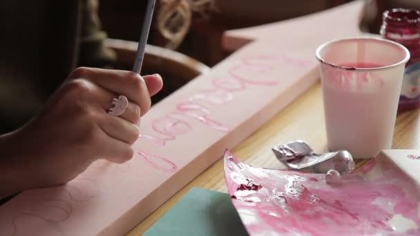 Genç Kadın Ile Boya Kapalı Ahşap Tahta Harfleri Koyar Stok Video