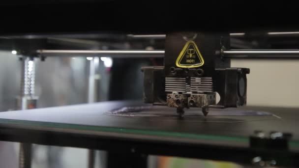Na pracovní plošině 3d tiskárna tisková hlava pohybuje podél OS
