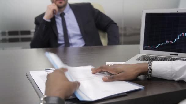 Úspěšní podnikatelé uzavře smlouvu v moderní kanceláři