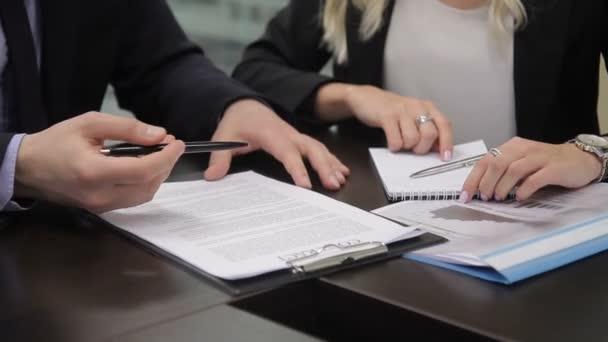 Business Partner diskutieren Vertrag am Tisch in internationalen ...