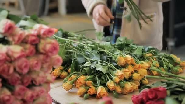 Na ploše květinářství shop distribuuje žluté a růžové růže.