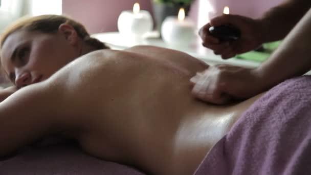 Detail z profesionální masér dělá masáž na ženské zpět t.