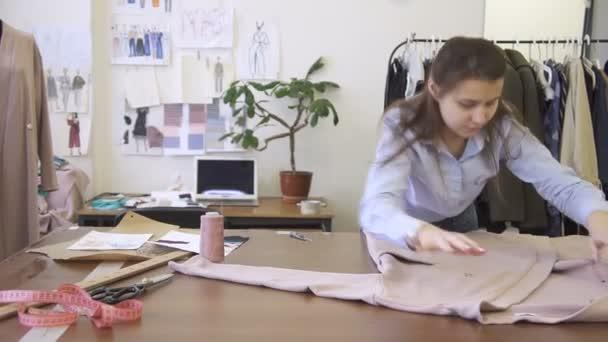 Couturière bureau y dépose vêtements pour la réparation et la mise