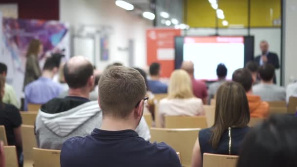 Trainer-Vortrag. Rückansicht von Menschen im Konferenzsaal beim Zuhören eines Seminars