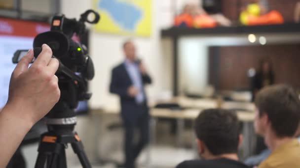 Američtí podnikatelé se účastní marketingové prezentace na obchodním jednání v interiéru kanceláře.