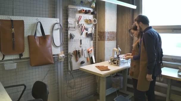 Die Kollegen in der Lederwerkstatt kommunizieren. handgefertigte Produktion von Waren. Konzeptwerkzeuge