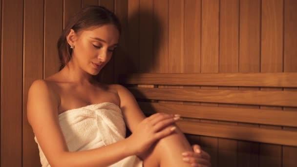 Žena relaxace v sauně.
