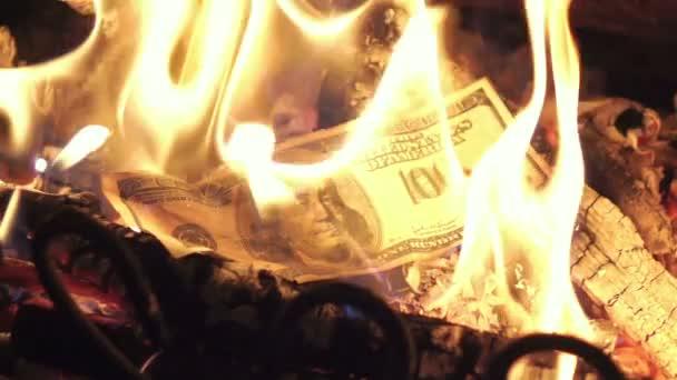 Dvě videa pálení peněz v reálném zpomalené
