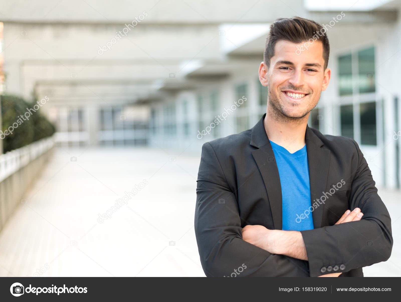 Geschäftsmann verschränkte Arme lächelnd — Stockfoto