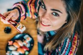 Pohled shora plodin žena jíst sushi