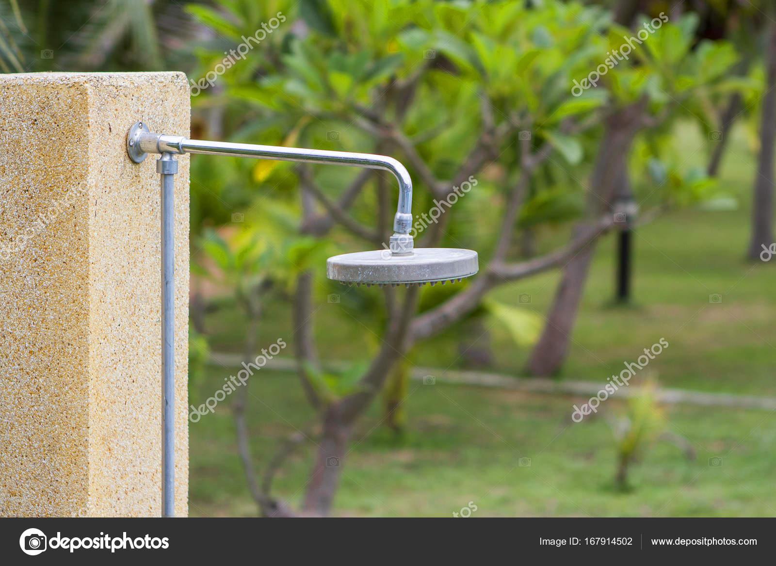 Aussendusche Im Garten Stockfoto C Takerwalker 167914502
