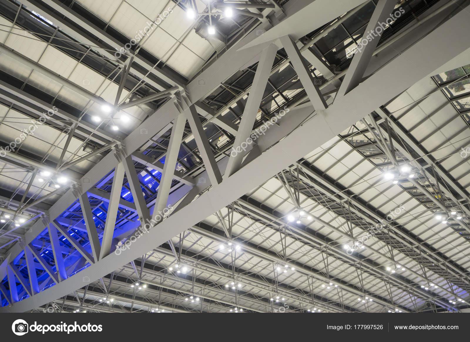 Großen Stahlrahmen im Gebäude mit Strahlern — Stockfoto ...