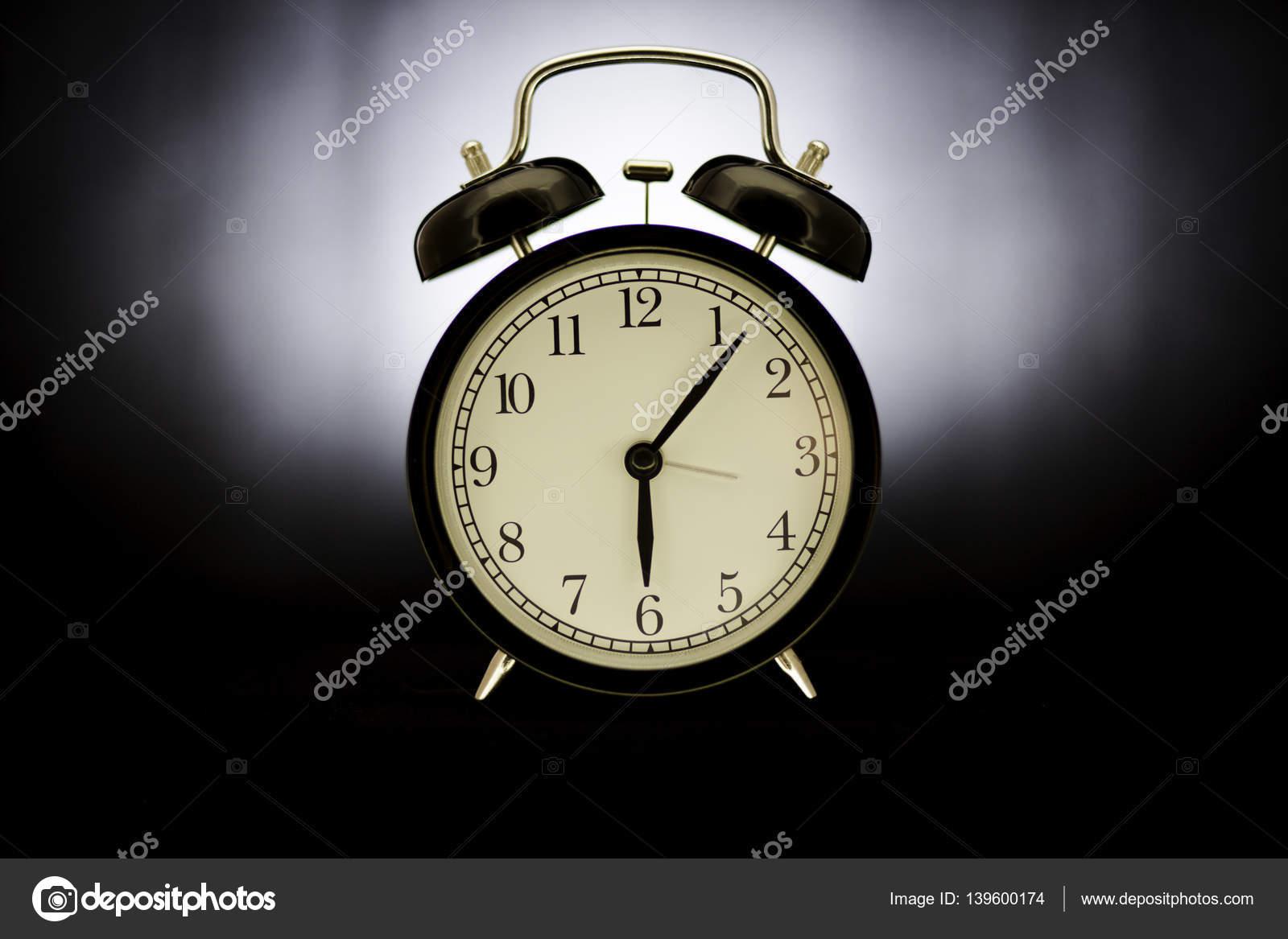 Wekker Met Licht : Oude wekker op koude licht achtergrond u2014 stockfoto © pastuhov261