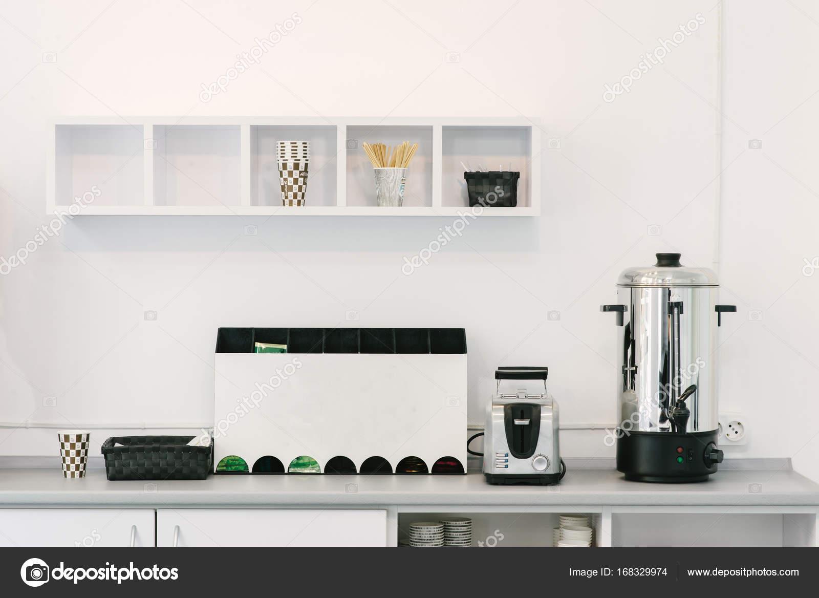 Moderne, minimalistische Design der Küche. Haushaltsgeräte auf dem ...