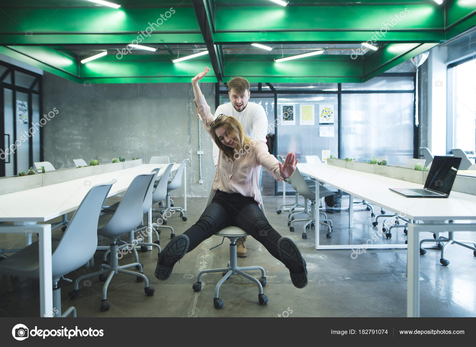 Un A Oficina Hombre Monta Una La Silla En Chica KcFJl1T