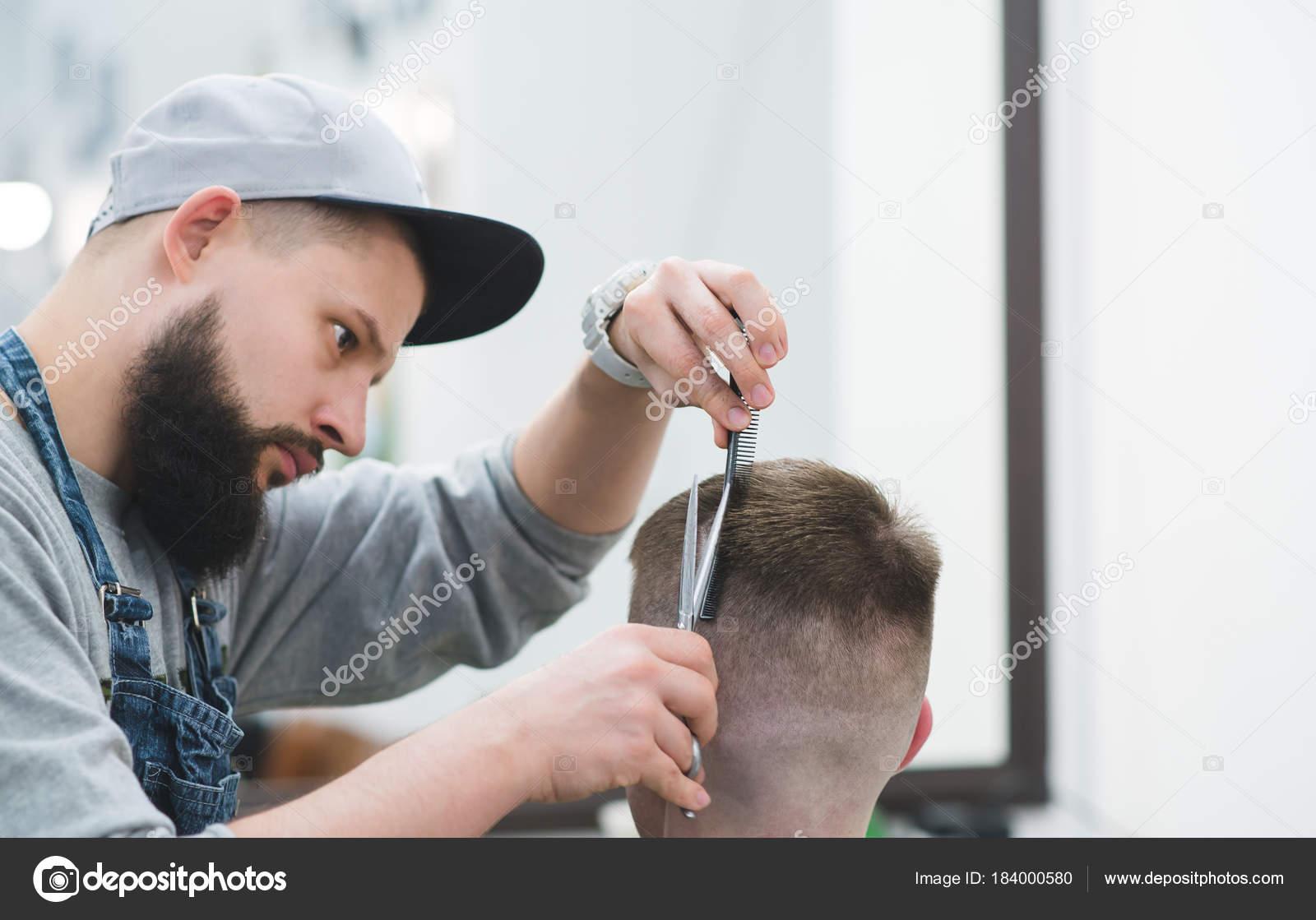 Portrat Des Bartigen Barbier Bei Der Arbeit Erstellen Sie Eine