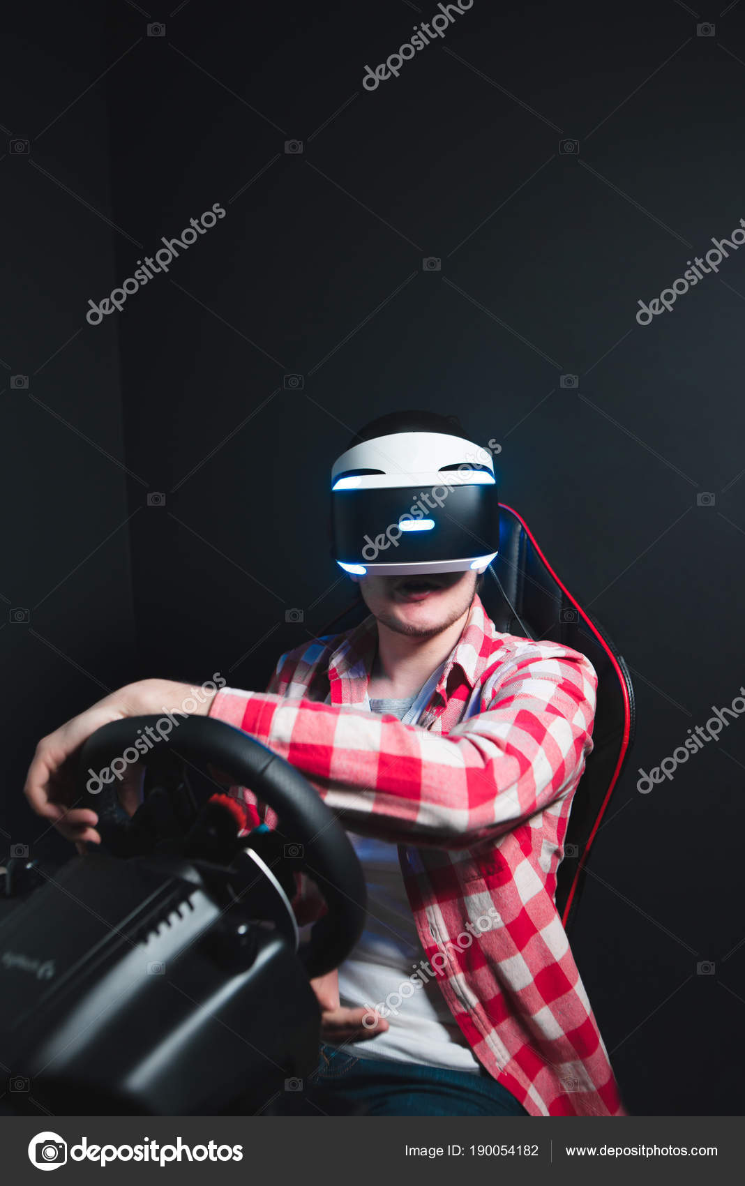 Gamers Juegos De Carreras En Un Casco De Vr En Un Simulador De Coche