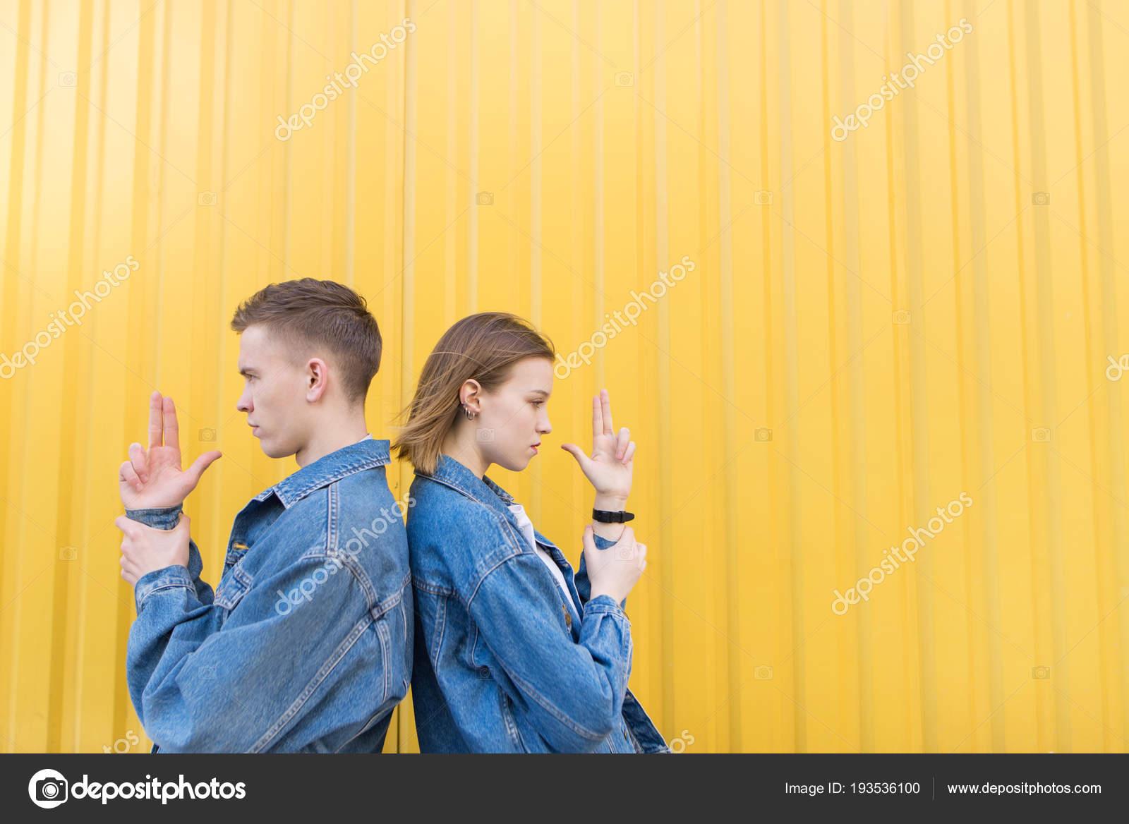 Картинки парень с девушкой спина к спине