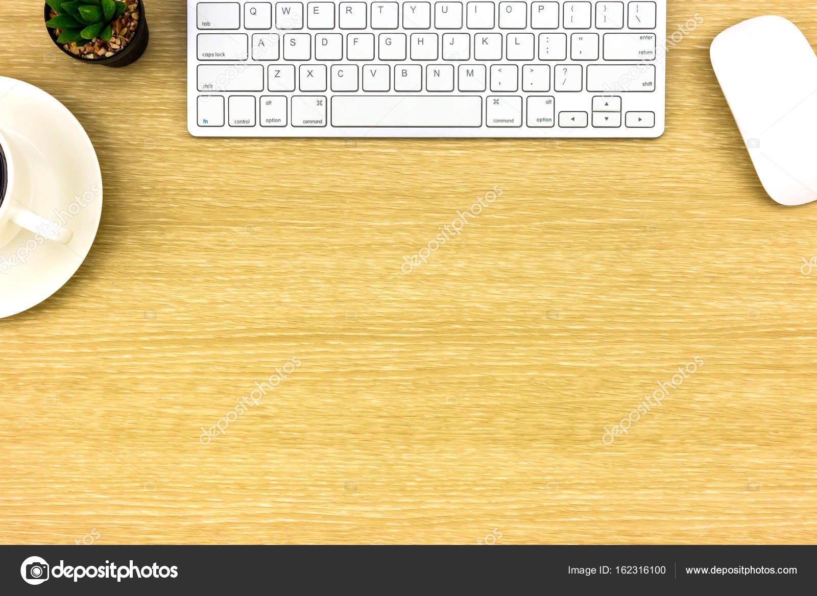 Modernes büro schreibtisch top holztisch mit computer laptop eine