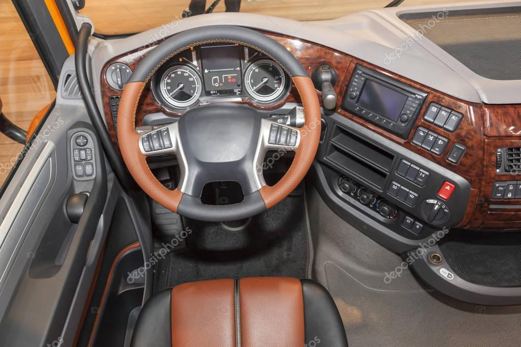 Immagini interni camion di lusso interno di un camion for Interni lusso