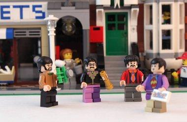 LEGO minifigure Beatles on a city street