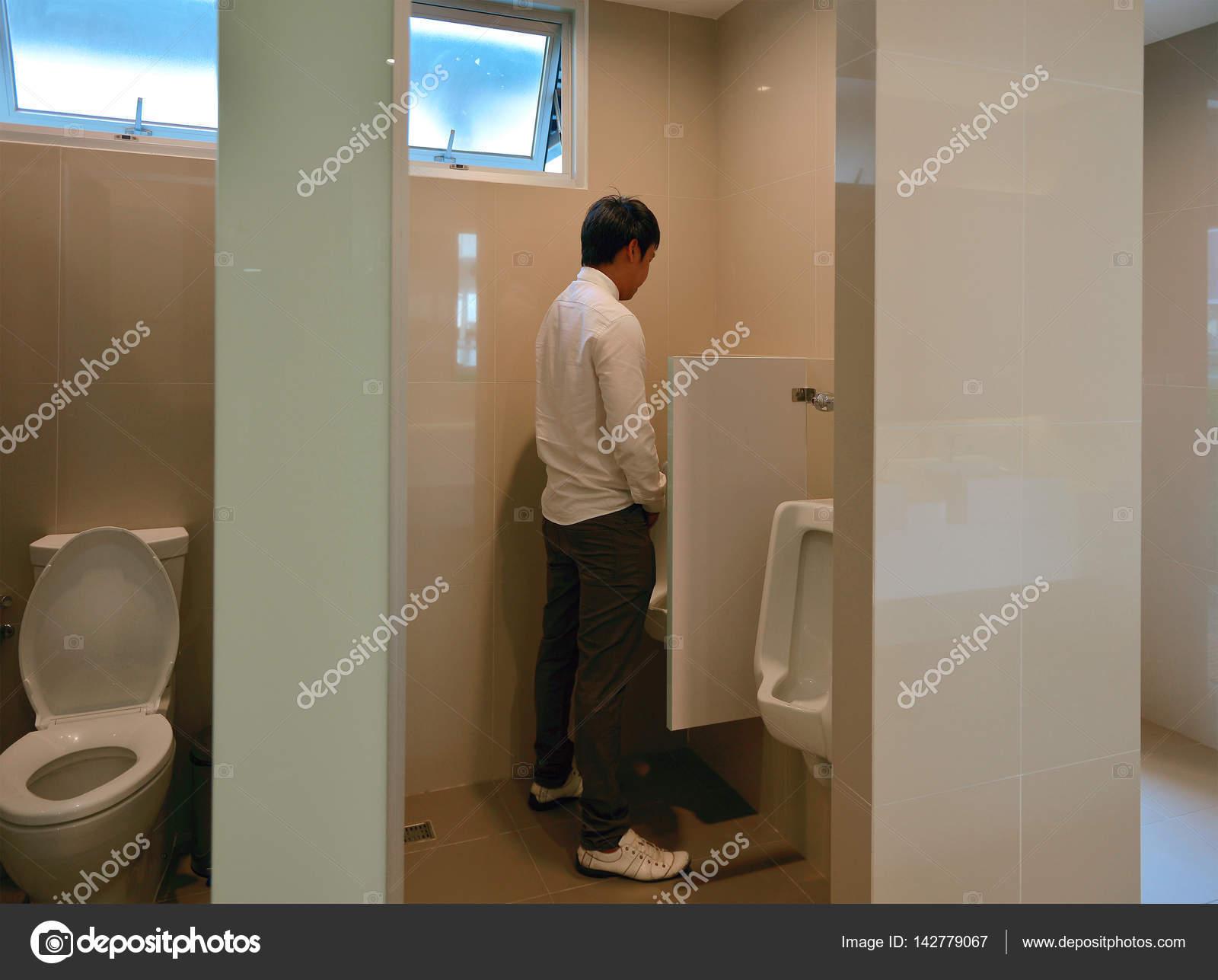 Un Homme D Affaires Asiatique Urine Dans La Salle De Bain Personne
