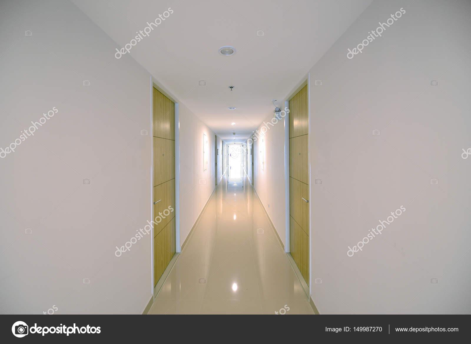 Condo corridor met houten deuren in condominium modern ontwerp