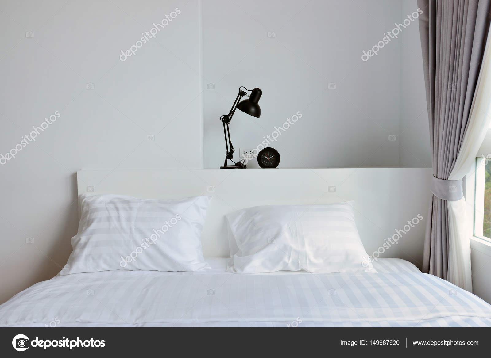 Lamp Slaapkamer Nachtkastje : Moderne lamp op houten nachtkastje in witte moderne slaapkamer