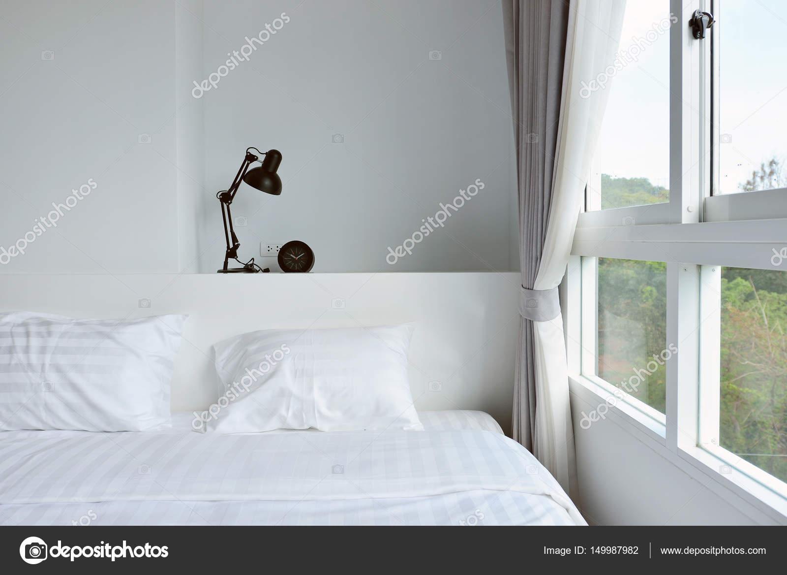 moderna lampada sul comodino in legno in camera da letto moderna ...