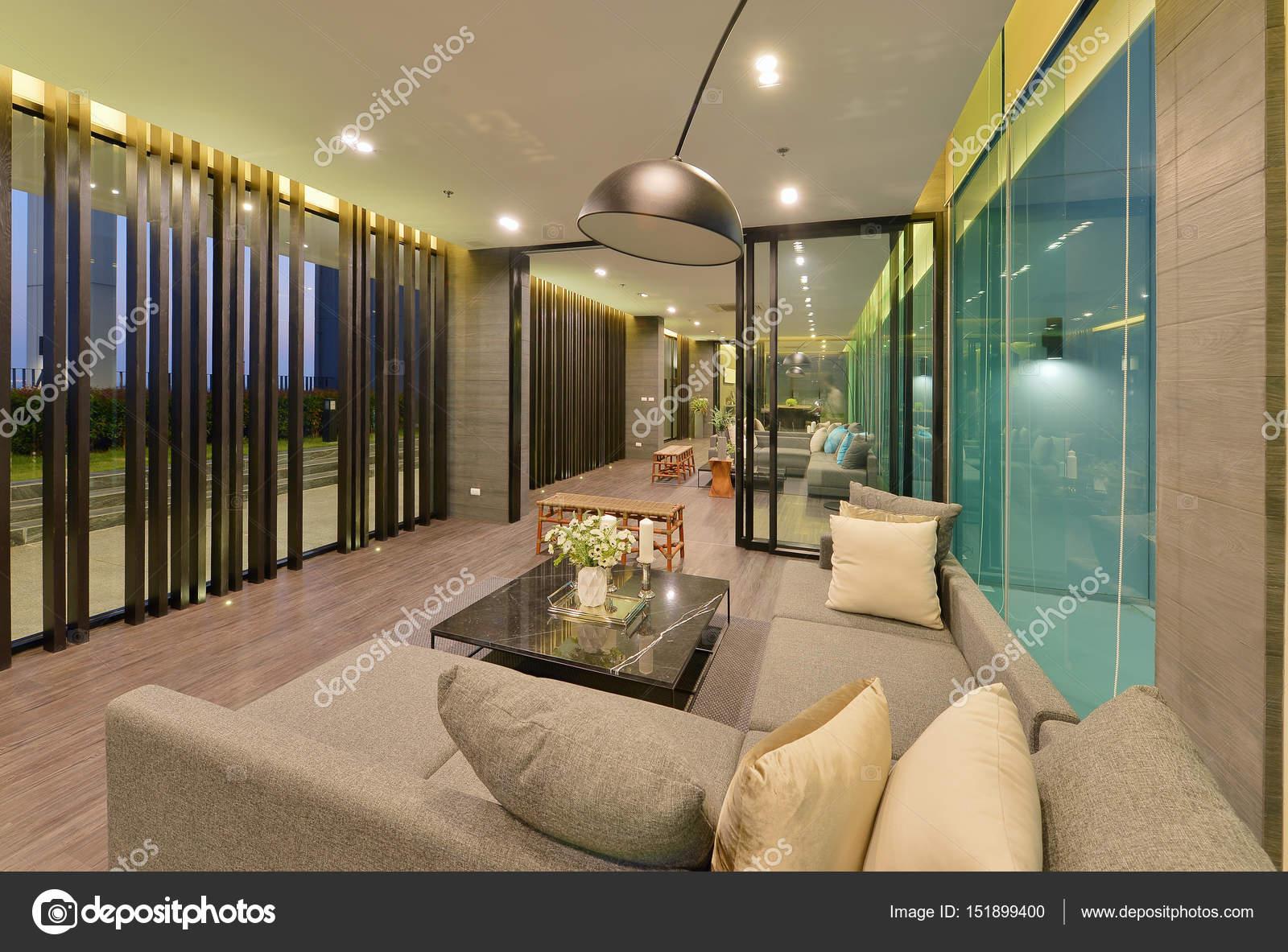 Interior de la moderna sala de lujo y decoraci n por la for Sala de estar noche