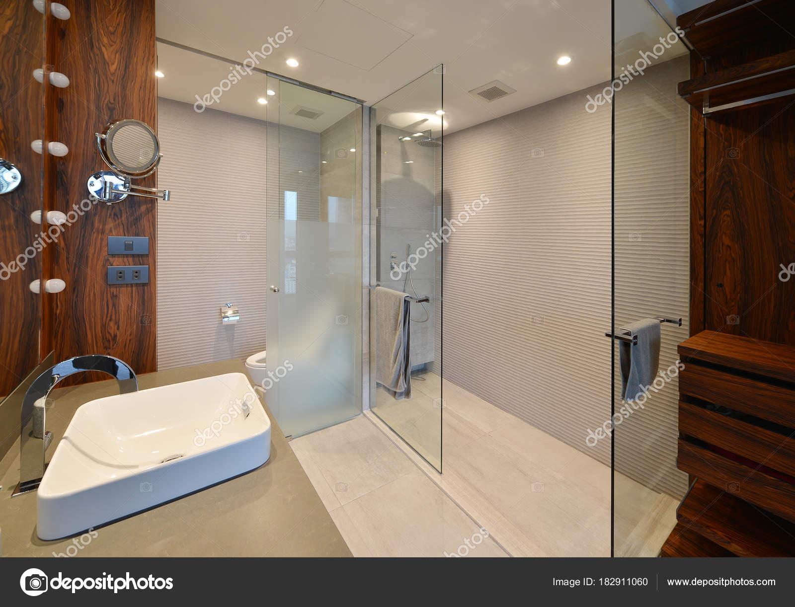 Mensola di legno vuota e il gabinetto e bagno design d interni