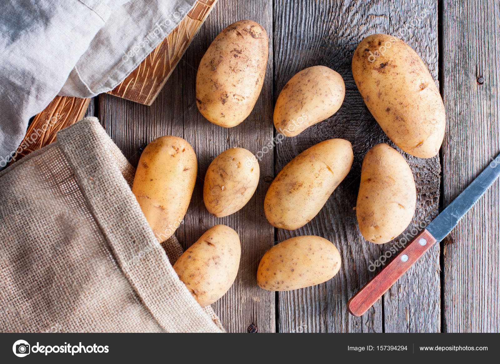 Young Raw Fresh Potatoes On A Wooden Table, Top View U2014 Stock Photo