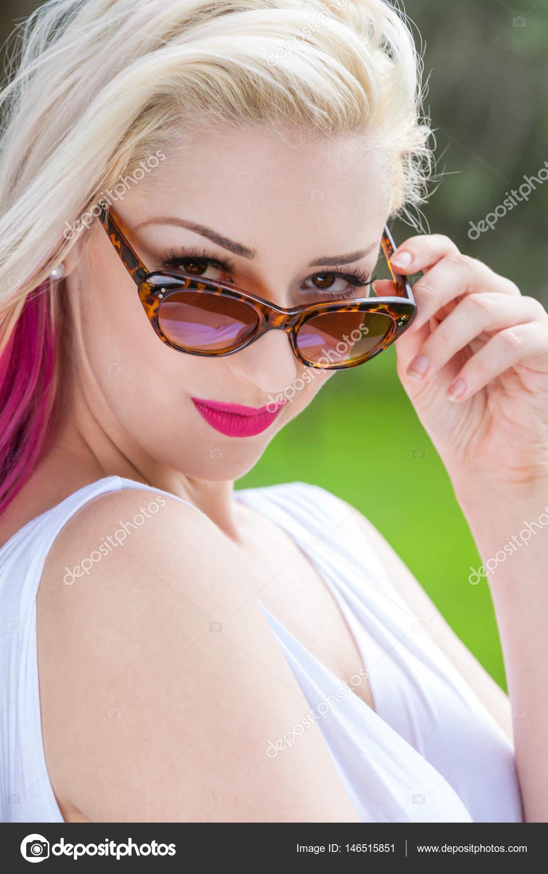 76a1b8770ade1 Mulher loira vestindo óculos de sol lá fora — Stock Photo © dmbaker ...