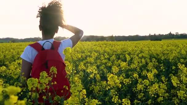 ff93d85076 4 k clip vidéo des belles heureux mélangés course fille afro-américaine  adolescent femelle jeune femme randonnée avec sac à dos rouge et bouteille  d'eau à ...