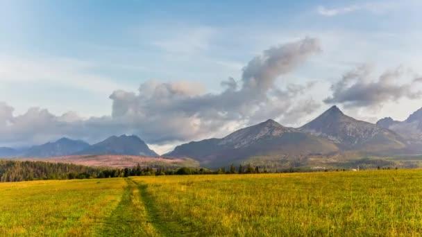 Slovensko - Tatry v časných ranních hodinách. Timelapse - mraky nad horami. Známá místa a truistic atrakce při pohledu ze vzduchu
