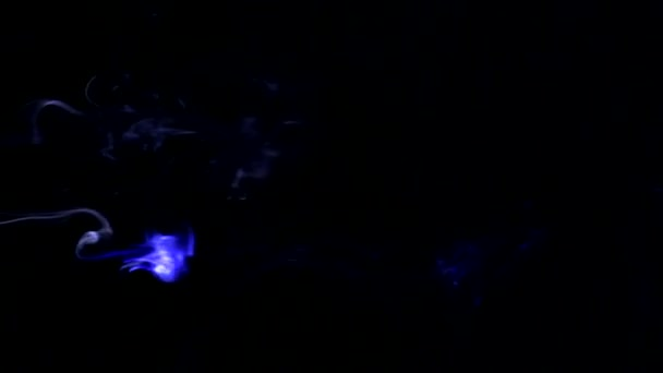 Kouř osvětlen v barevné zleva doprava. Abstraktní vzory s kouře na černém pozadí