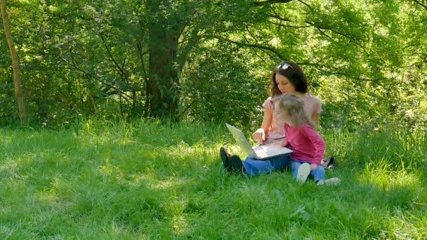 Familia De Pasar Tiempo Juntos Al Aire Libre Con Blanco Dos Chicas