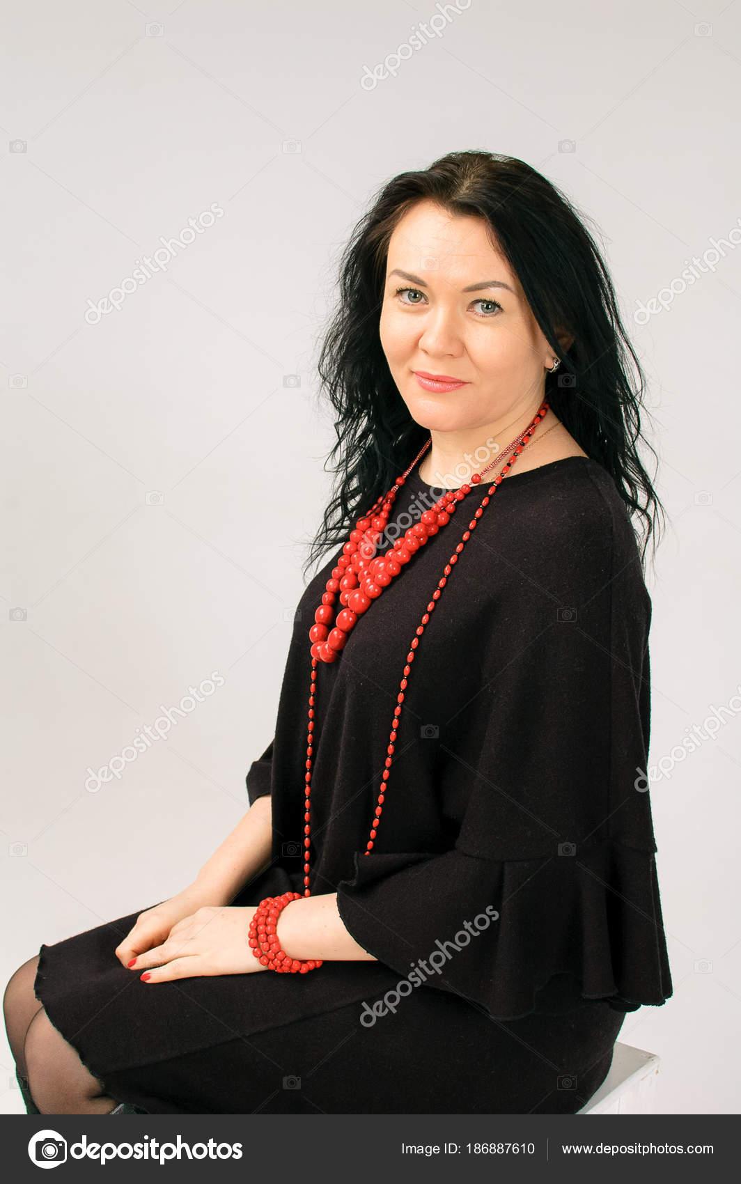 Collares rojos con vestido negro