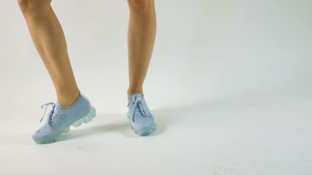 Detailní pohled na moderní modrou sportovní obuv na šedém pozadí, sportovní obuv, koncept zdravotní péče